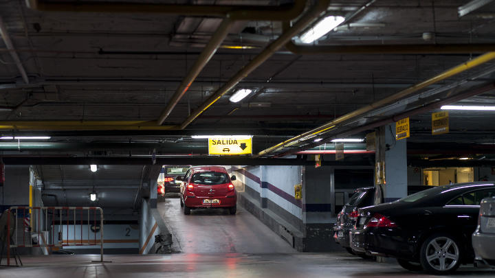 A car exits the NH Hoteles car parking lot, which uses Philips LED energy saving lighting