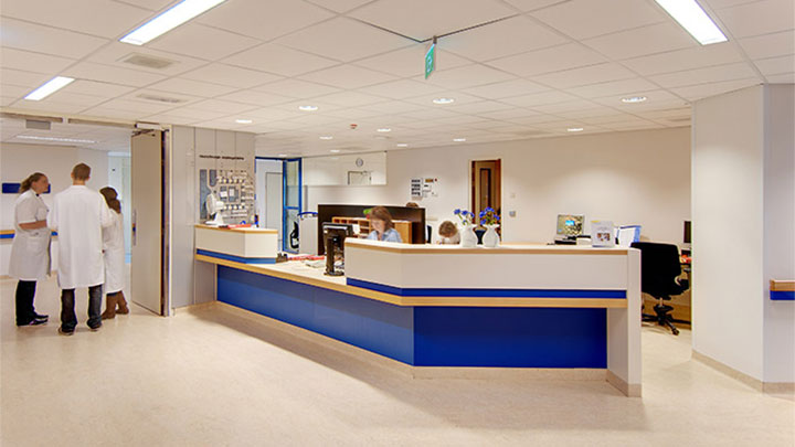 The UMCG reception area uses energy-saving lighting, thanks to Philips hospital lighting